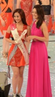 張寶欣由家姐張寶兒手上接「最受歡迎香港小姐」的獎座。