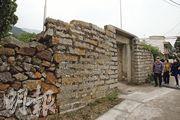 沙螺灣村已有八百年歷史,這個村口,用赤鱲角的石建成圍牆,以前上面種滿劍麻防盜。(林俊源攝)
