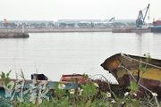 沙螺灣外,不足二百米,就是赤鱲角機場跑道,本來清幽的鄉村,現在遭受噪音滋擾,生態污染也愈來愈嚴重,村民唯有外遷。(林俊源攝)