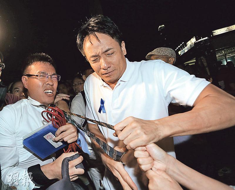 無綫男記者冼志(圖左)於去年10月25日「藍絲帶集會」中,被集會者扯領帶及施襲。(資料圖片)