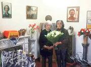 高瑜(右)在twitter貼出她探望丁子霖(左)的照片,未提到拍攝日期。在回應丁家的擺設時,高瑜說廳裏有丁子霖兩名至親的骨灰(箭嘴示)。(網上圖片)