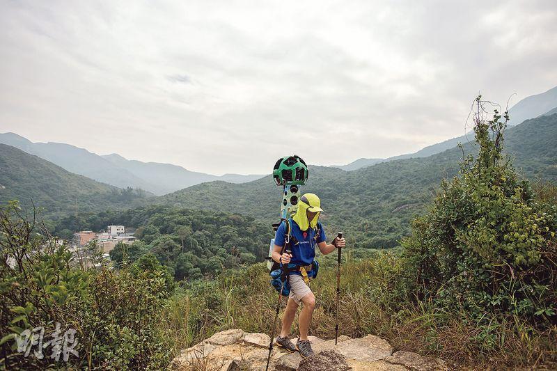 即使要走過崎嶇山路,Raf通常都是一人背着沉重的街景背包拍攝前行,因背包有相當高度,鏡頭群組不時被樹枝勾着,他都要自己想辦法一一解決。(鄧宗弘攝)