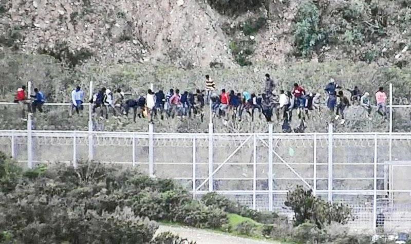 6米高「杀手围栏」顶危坐对峙 千人攀栏闯西班牙飞地