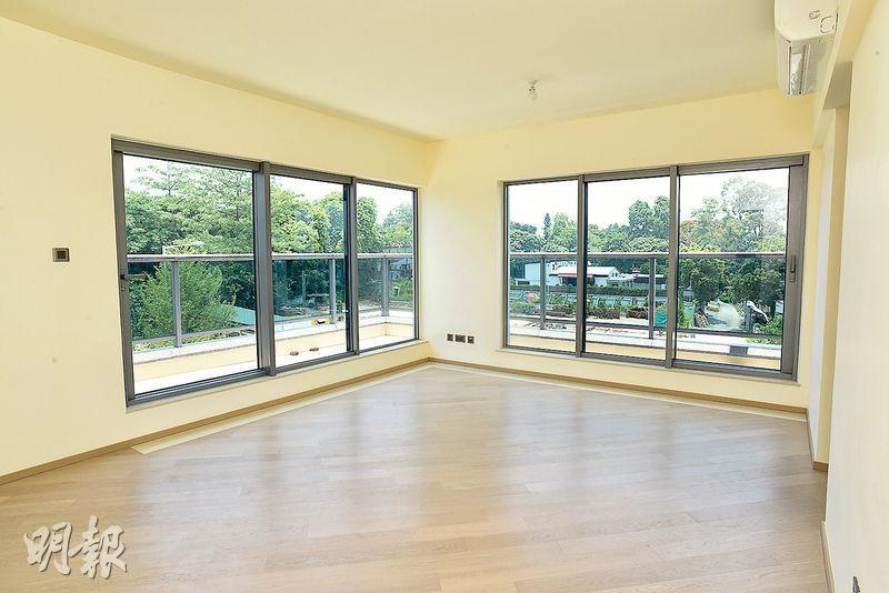 客廳採用落地玻璃設計,令室內光線充足,戶主可欣賞窗外翠綠山景。