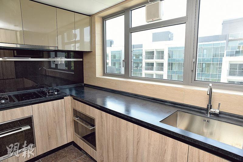 廚房設備齊全,廚櫃組合的儲物量亦相當充裕。