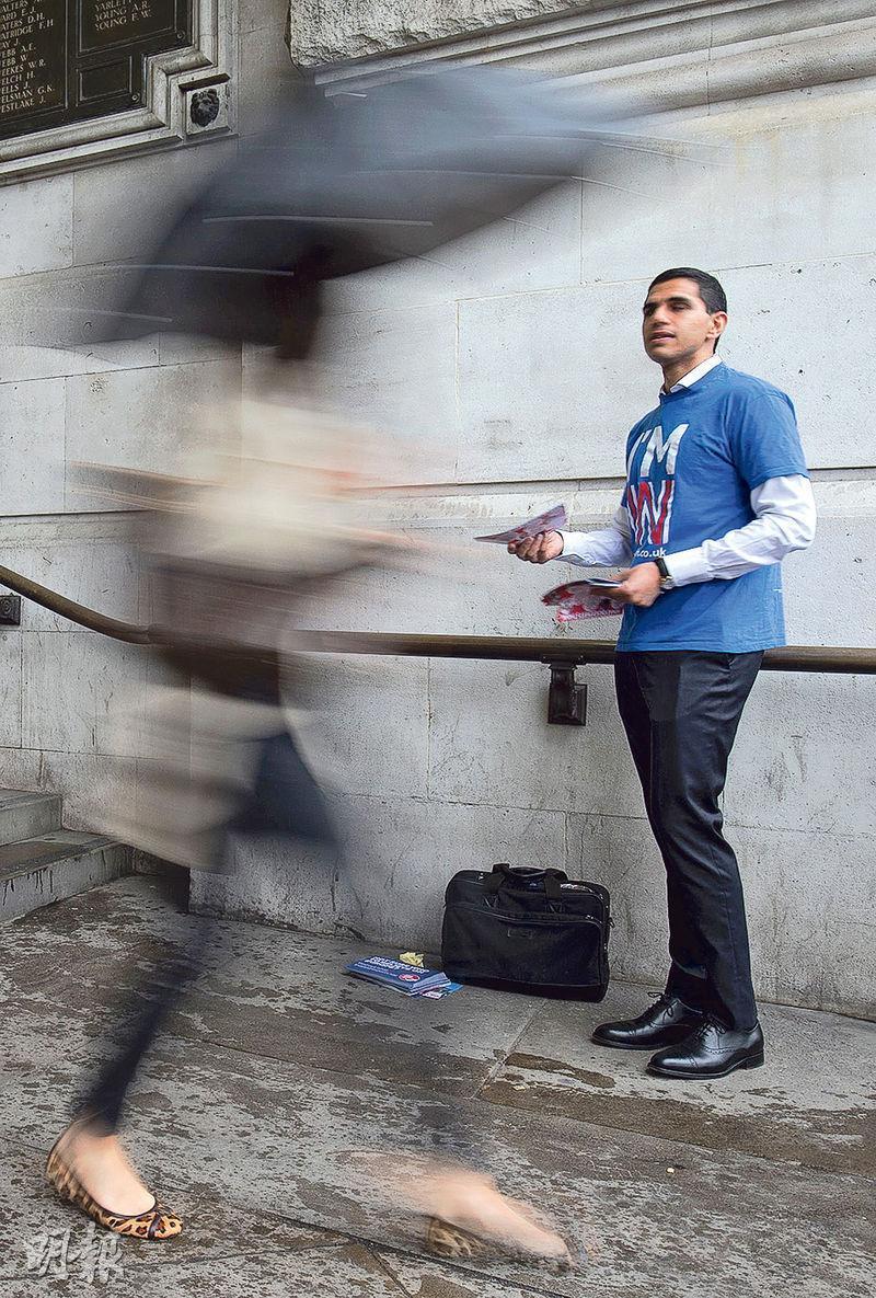 33家參加年度「壓力測試」的大型銀行,當中部分已向聯儲局匯報一旦英國「脫歐」對其業務的風險。圖為留歐支持者在倫敦街頭拉票。(法新社)