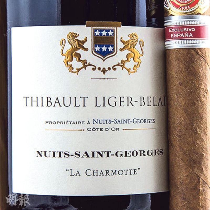 此款村級紅酒,標明葡萄園所處地名。Nuits-Saint-Georges北鄰Vosne-Romanée村,紅酒風格接近,La Charmotte紅酒酒體飽滿,更富礦石口感。
