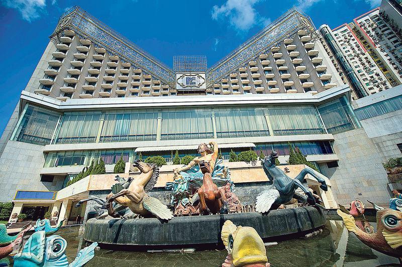 曾經在澳門旅遊界及賭業輝煌一時的氹仔北京王府大飯店,該酒店內希臘神話娛樂場,更是賭權開放後,首批經翻新的主題賭場。(新華社)