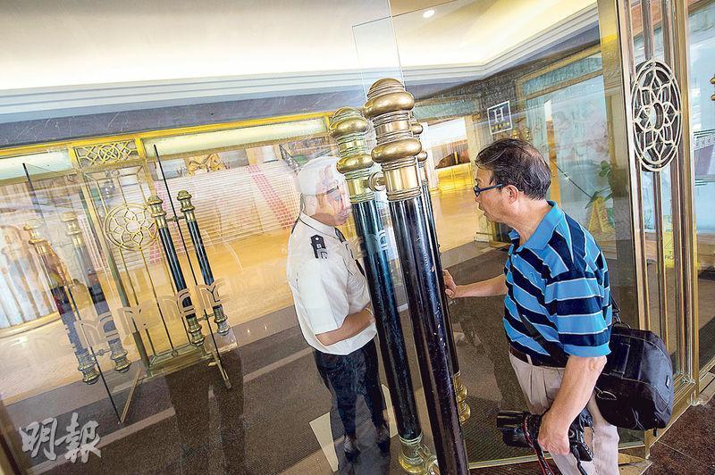 北京王府大飯店內衛星賭場希臘神話停業大半年,酒店部分繼續經營,昨日被勒令停業後,有旅客想入住被保安阻止,需轉到附近酒店。(新華社)