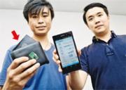守護者科技創辦人郭瑋強(左起)、劉栢林表示,該公司的首款產品是一個卡片型配件(箭嘴示),估計將於今年底隨一個皮具品牌的銀包推出,為後者提供防遺失功能。(攝影:鍾林枝)
