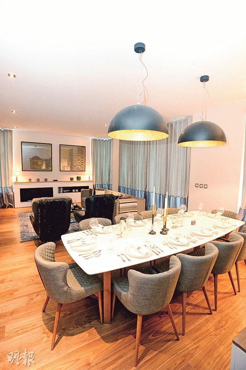 THE GRAMPIAN位於1樓A室示範單位,屬4套房間隔,採用現代英倫風格,有木色及灰色家具。(楊柏賢攝)