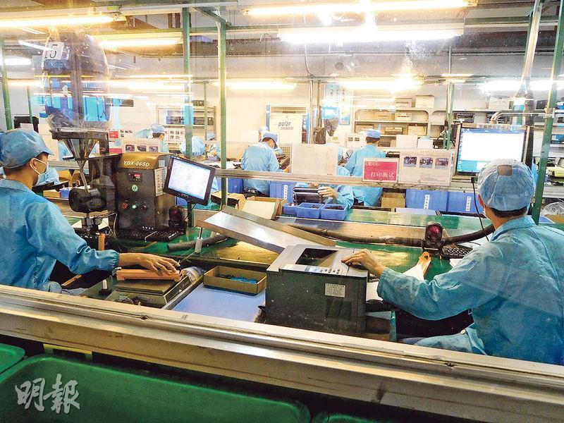 天威每月生產多達150萬個激光打印機碳粉盒,圖為該公司的工人將生產出來的碳粉盒逐一安裝入激光打印機,進行列印測試。