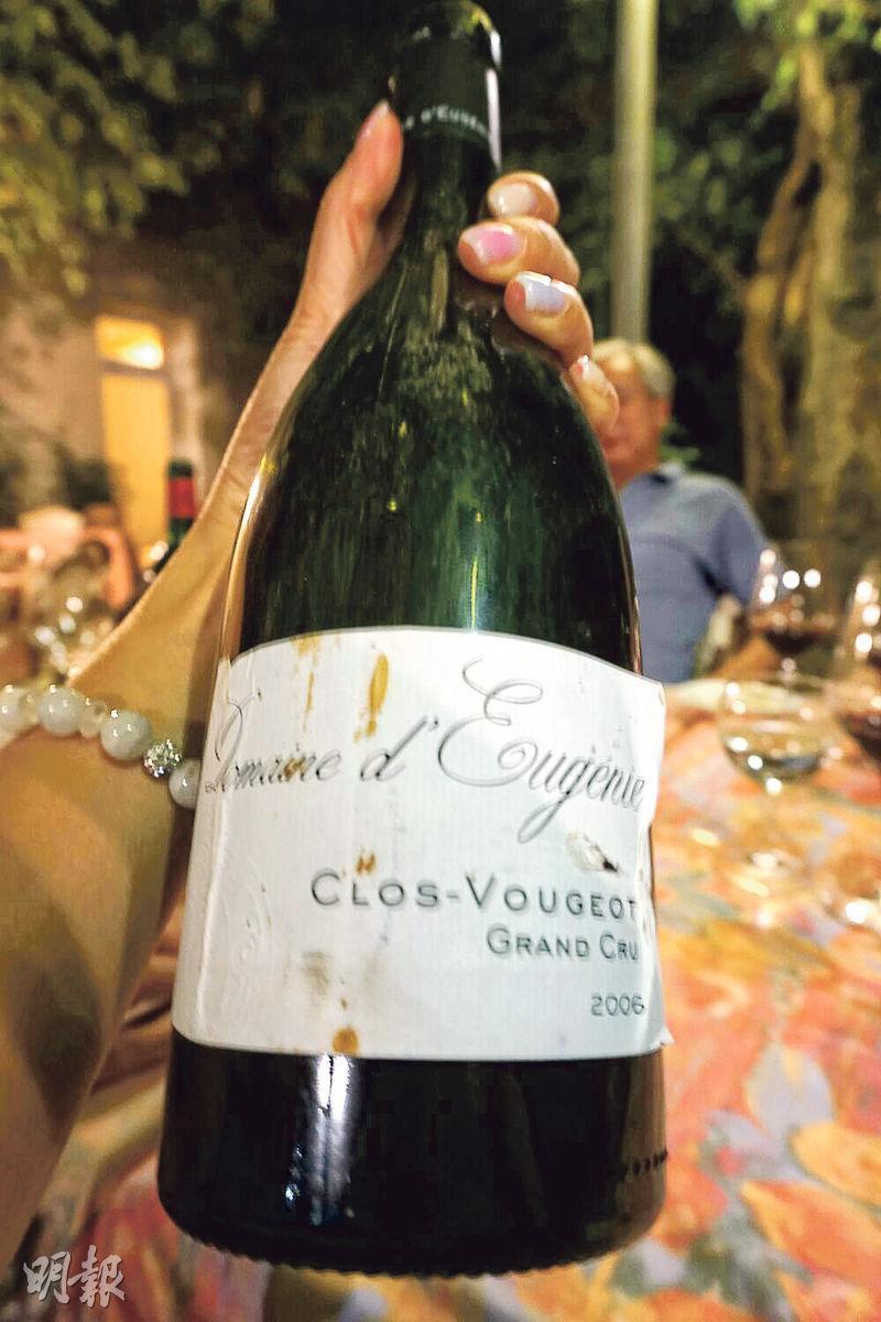 提起 Clos de Vougeot,必然先想起它圍牆內的50公頃葡萄園,有近百間酒莊共享其頂級紅酒的殊榮。Domaine d'Eugenie 擁有1.36公頃,已稱得上是大地主。2006年份的紅酒是波爾V多左岸拉圖(Chateau Latour)團隊顯身手的第一年。