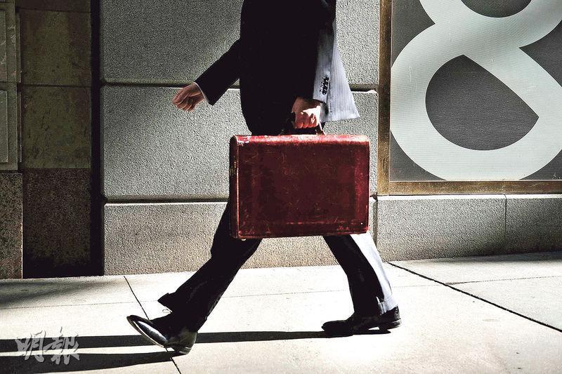 美國上月失業率微升0.1個百分點至5%,較預期4.9%為高,9月非農新增職位為15.6萬,較預期17萬遜色。(法新社)