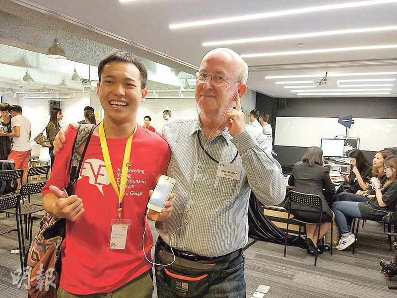為了肯定「樂聽─智能助聽器」達到預期效果,在正式推出前,文智輝(左)曾邀請約20名長者試用。圖右為一名參與試用的外籍長者。