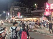 赴台陸客一直被指持續減少,不過旅遊熱點人流不減,台北淡水街頭不少小食店外,仍然大排長龍。(徐寶文攝)