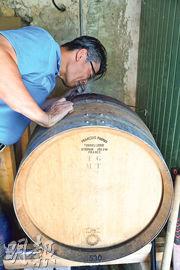 能夠聞到橡木桶裏紅酒的酒香,相信就是逛過酒窖的酒鬼也不一定有這個機會,當然不能放過這個體驗啦。橡木桶上寫的是勃艮第金丘名產家Francois兄弟公司的名字。