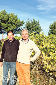 在富有跨國風情的小鎮Vaison la Romaine,買阿爾卑斯山區聞名的Sisteron小羊腿,碰上釀酒師Sebastian Magnouac,大家互相祝賀Une grande annee(A good year)!在金秋的葡萄園拍照留念吧!