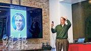 MasterCard識別方案執行副總裁Bob Reany(圖)展示10月初剛於歐洲推出的「自拍支付」(Selfie Pay)技術;為了避免以照片代替真人拍照的情况,用戶需要眨眼以完成認證。