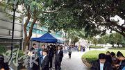 雖然昨日全日下着微微細雨,但有不少準買家到場參觀浪澄灣單位,發展商稱,單日參觀人次超過2500人。