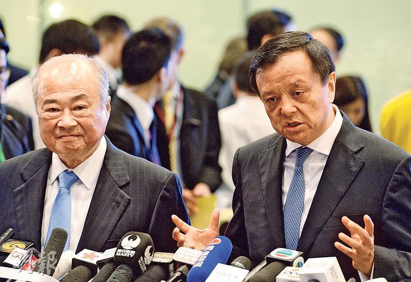 港交所行政總裁李小加(右)認為,毋須擔心內地與其他地區互聯互通或影響香港,指中國市場愈大,對香港只有好處沒有壞處,香港必須保持開放的態度。旁為港交所主席周松崗。(劉焌陶攝)
