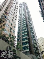 恒地西區現樓曉譽(右),新近以逾2695萬元售出頂層連天台特色戶,實呎逾3.12萬元,成交價和呎價皆創項目新高。(資料圖片)