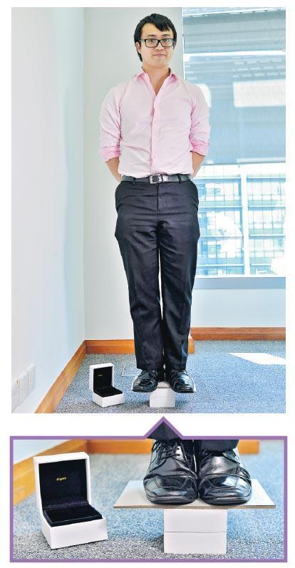 重約170磅的任家麟應記者要求,整個人站在一個以AiryPack技術試製的手表盒上拍照,為時約兩三分鐘,該紙盒未見變形和凹陷。