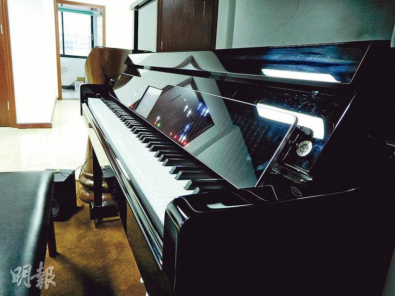 音樂貓預計於3月推出「全家歡智能琴蓋」(圖中的長方形顯示屏),可以配合大部分88鍵的鋼琴使用。學不懂鋼琴的人,只要購入這產品,就可以喚醒家中「沉睡」的鋼琴。