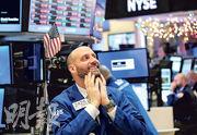 受惠就業數據理想,以及科技股做好,美股三大指數創歷史新高,紐交所交易員亦展見笑顏。(新華社)