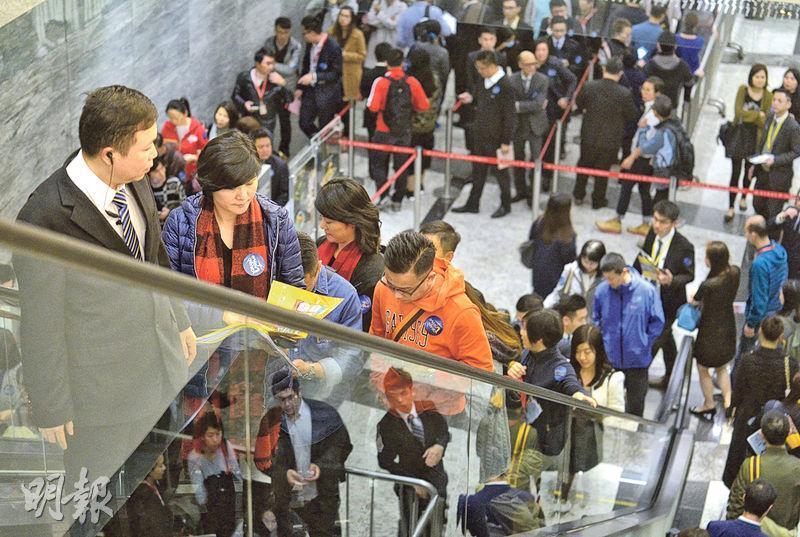 今年頭炮新盤的新地元朗Grand YOHO二期,昨晚於九龍站環球貿易廣場售樓處進行首輪66伙開售,現場氣氛熱鬧,於開售後約3小時內近沽清。(鄧宗弘攝)