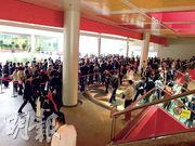 新世界的荃灣西柏傲灣昨首度開放示範單位,吸引約4000名睇樓人士,項目單日收逾1400票,為今年三大新盤首日收票數量最多一個,超額約6倍。