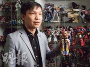 郭釗熱愛模型,屋內設有兩個高櫃收藏數十個卡通公仔。