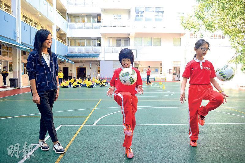 馬陳家歡(左)表示,鼓勵同學寓學於遊,更安排兩位同學遠赴日本與當地學校踢了一場足球比賽,回港後發現自己不足,再加強練習。