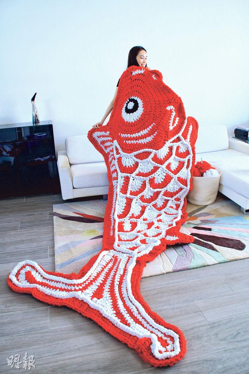 賀年裝飾中的「福魚」,長度超過兩個人的身高,設計較精細的部分,需由黃玉婷親自操刀。
