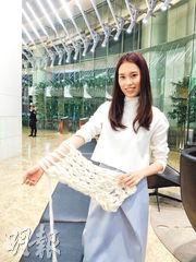 訪問當日,黃玉婷亦示範了徒手編織頸巾。她只用了大約6分鐘,就已經織了超過半條頸巾。