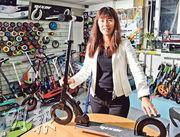儷新集團執行董事陳彩雲認為,滑板車乃有趣的玩具,還有很多發揮創意的空間。圖中她手持的,就是該公司以自有品牌Nixor Sports推出的空心輪滑板車。