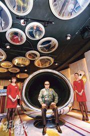 嘉華溫偉明(中)表示,嘉匯展銷廳內放置5件由退役飛機組件製作而成的航空主題藝術品,個別價值超過6位數字,日後將擺放於屋苑住客會所內。