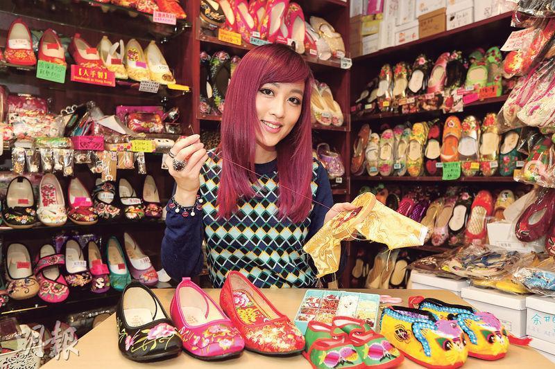 先達商店第三代傳人王嘉琳表示,繡花鞋行業近幾年有些起色,重新吸引到一批年輕顧客,視之為時尚產品。
