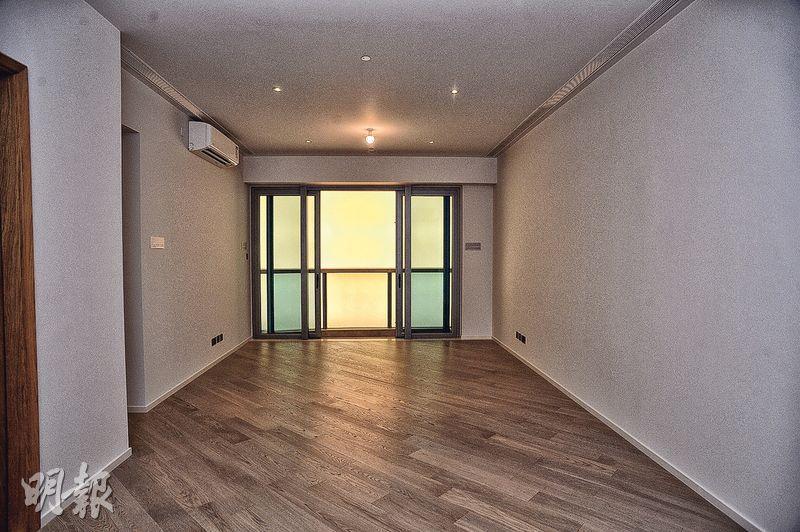 4房1套單位大廳設落地玻璃窗,盡享海景。