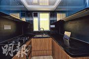 廚房採用灰藍色光面櫥櫃,儲物空間充裕。