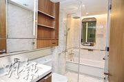 主人套房浴室配有不少插頭及充電頭,設計貼心。