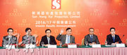 新鴻基地產主席郭炳聯(圖內舉手者)指出,集團會繼續積極投資,並且爭取保持在香港地產市場的佔有率在20%水平,並且會在投地時保持財政紀律,要在取得合理利潤下才去出手。圖左起為執行董事郭基泓、執行董事馮玉麟、副董事總經理雷霆、郭炳聯、副董事總經理黃植榮、執行董事郭基煇。(劉焌陶攝)