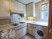 單位廚房配有窗戶通風,廚櫃及基本設備尚算齊全。