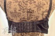 樂柔美的康復款內衣材料較一般胸圍更柔更軟,下圍兩側不會緊勒,還可額外增加背扣。