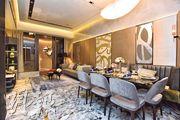 大廳地板及牆身以天然石材鋪砌,配以灰色地氈及金色屏風。
