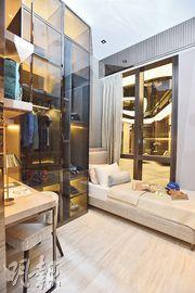 單位除主人套房外另有3間睡房,均設有大型玻璃窗欣賞戶外景色。