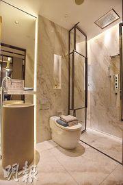 單位浴室以雲石為主調,設計華麗。