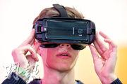 Oculus的VR頭戴裝置及智能眼鏡HoloLens等產品獲市場關注,蘋果受此驅動,也着手測試自己的頭戴裝置。圖為配備了Oculus的VR頭戴裝置的Samsung產品。(資料圖片)