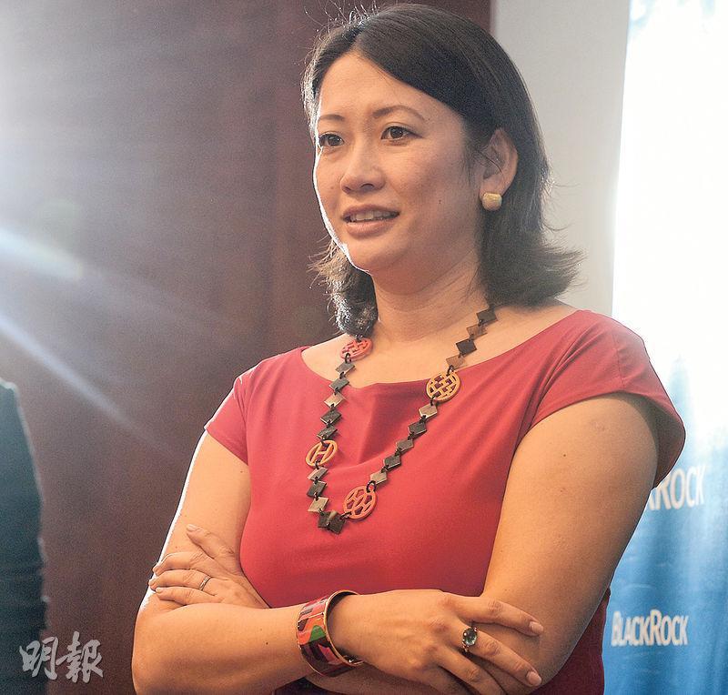貝萊德中國股票主管朱悅(右圖)相信內地經濟改革對不同板塊各有利弊,她看好裝備、設備和基建相關板塊,因為有關公司獲投資帶動和需求穩定,加上內地去產能有效。(劉焌陶攝)