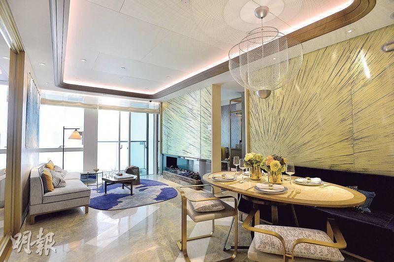 長方形客飯廳不設玄關位,相連31方呎露台,可欣賞外邊景色。